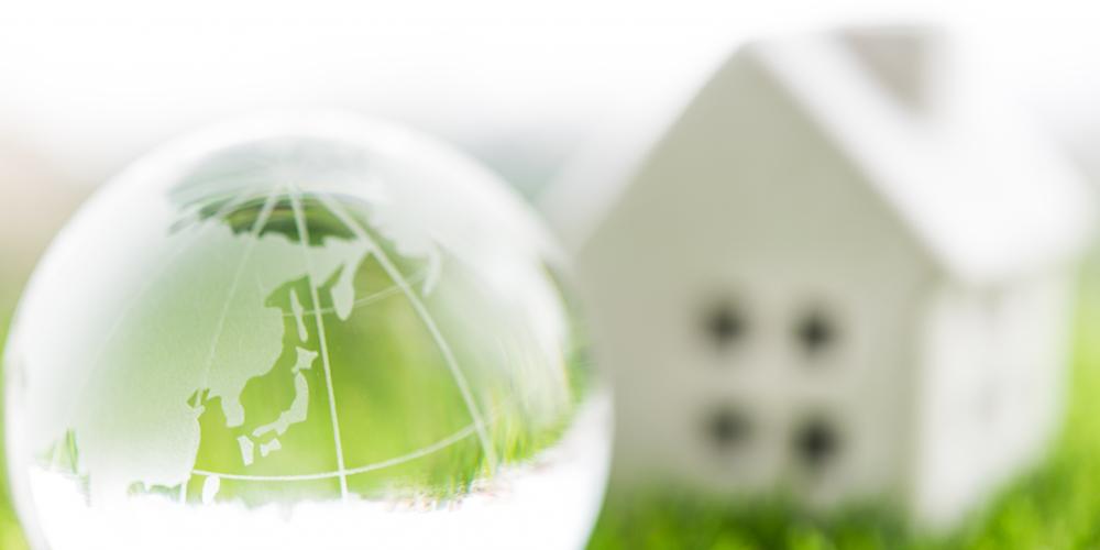 ガラスの地球儀と家の模型