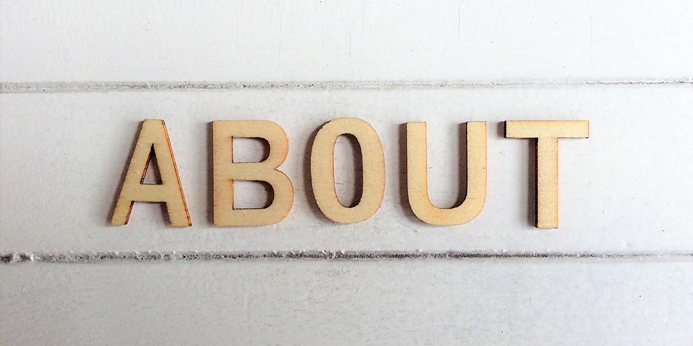 壁に書かれた「ABOUT」の文字
