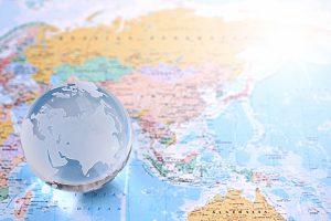 世界地図と地球儀でインターナショナルなイメージ写真