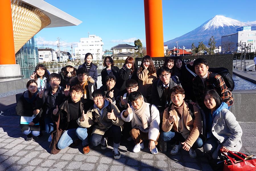 韓国人学生が富士山世界遺産センターで記念写真を撮っているところ