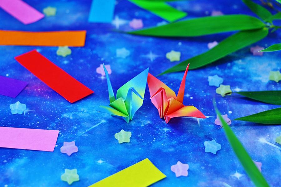 二羽の折り鶴と短冊と天の川で七夕のイメージ