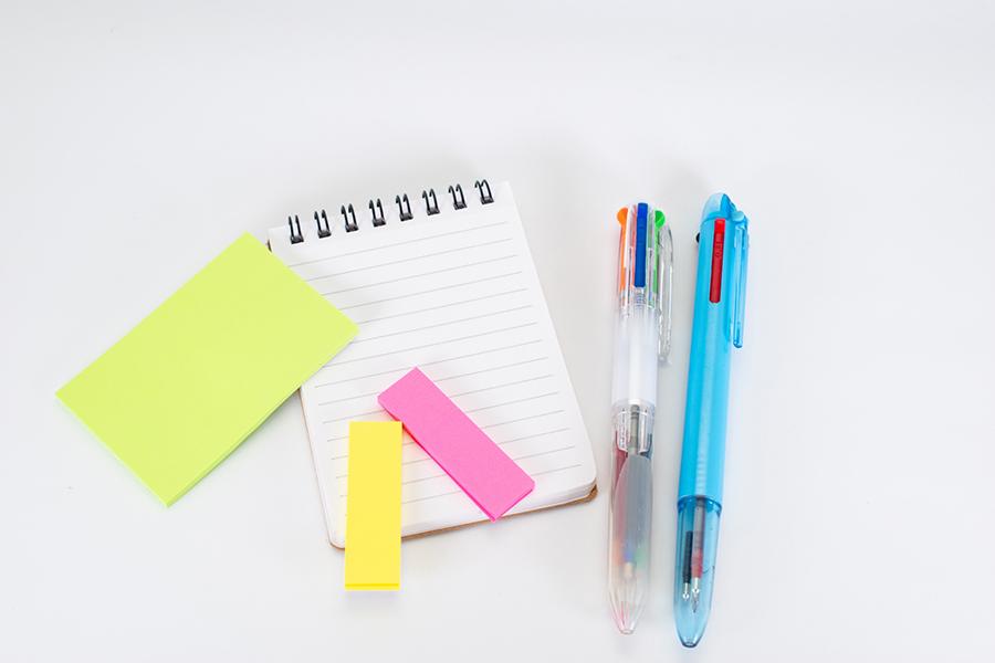 ボールペンと付箋とメモで取材のイメージ写真